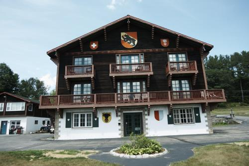 Swiss Chalets Village Inn Photo