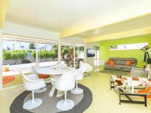 Rat Pack Mid Modern Holiday home Photo