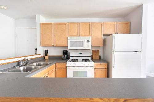 Three-Bedroom on N Lincoln Avenue Apt 2F Photo