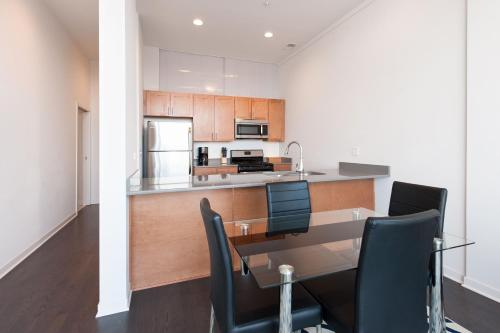 Two-Bedroom on W Fullerton Avenue Apt 403 Photo