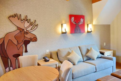 Moose Hotel and Suites Photo