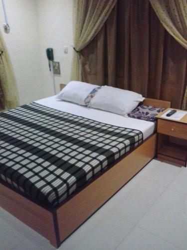 http://www.booking.com/hotel/ng/johnson-amp-ladejo.html?aid=1728672
