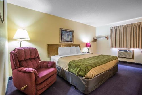 Econo Lodge Inn & Suites Dubuque Photo