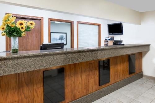 Days Inn & Suites Des Moines Airport Photo