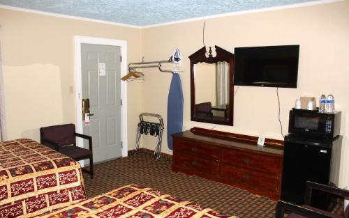 Savannah Motel Photo