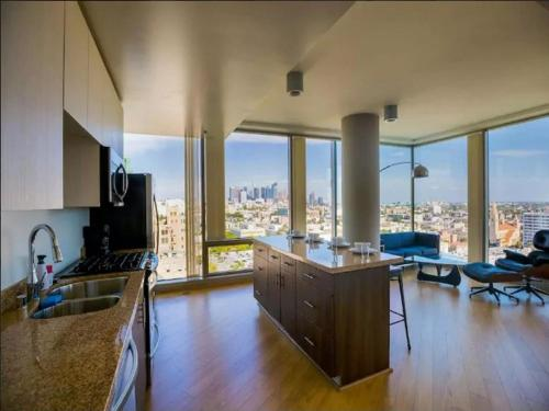 K-Town Modern Highrise! 2BR Skyline View! Photo