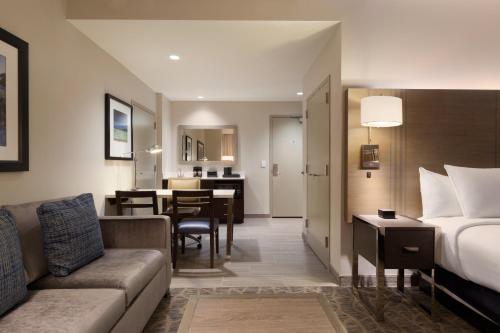 Embassy Suites by Hilton The Woodlands Photo