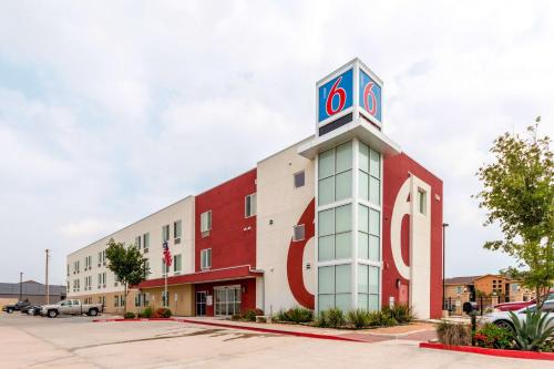 Motel 6 Laredo Photo