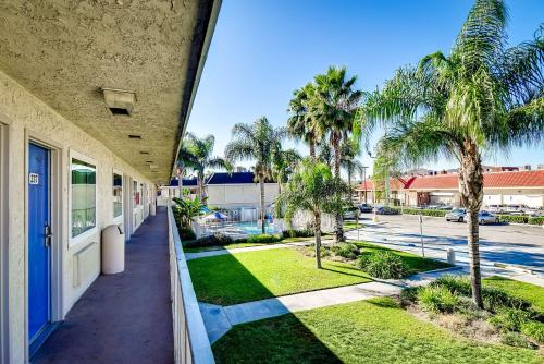 Motel 6 Riverside South Photo