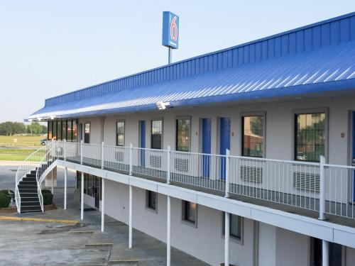 Motel 6 Winnie Photo