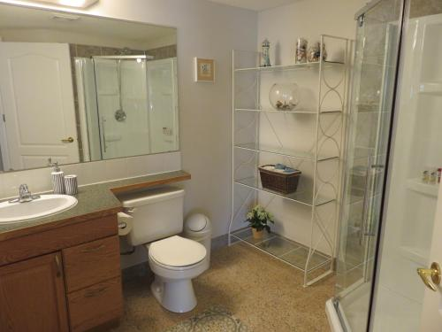 Bright and Spacious Walk-out Suite in Calgary - Calgary, AB T3G 4M5