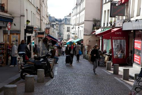 Oops! Latin quarter by Hiphophostels Photo