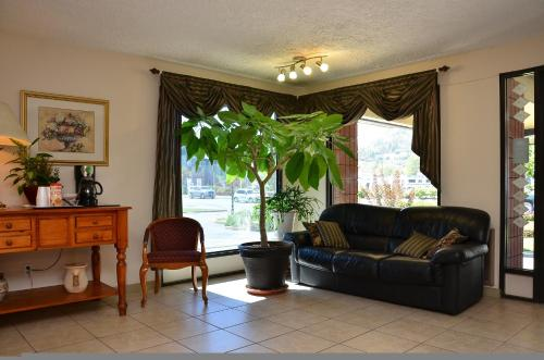 Canadas Best Value Inn Kelowna Photo
