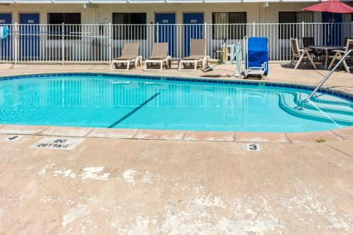Motel 6 Bakersfield Convention Center - Bakersfield, CA 93309