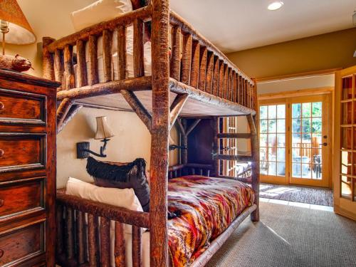 Golden Antler Lodge Apartment Photo