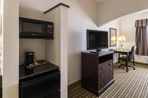 Quality Suites Hotel Burleson Photo