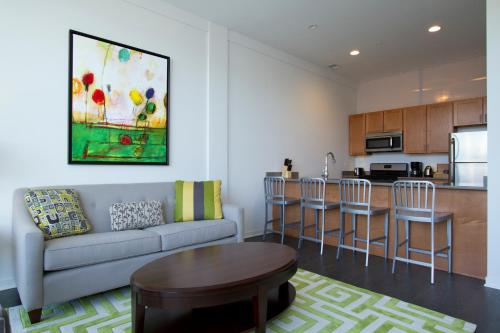 Two-Bedroom on W Fullerton Avenue Apt 305 Photo