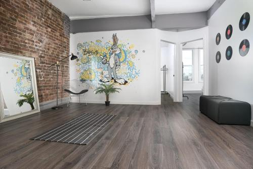 Three-Bedroom Apartment on Saint Laurent Boulevard 2B Photo