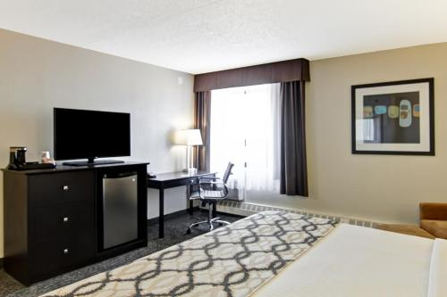 Best Western PLUS West Wood Inn Photo