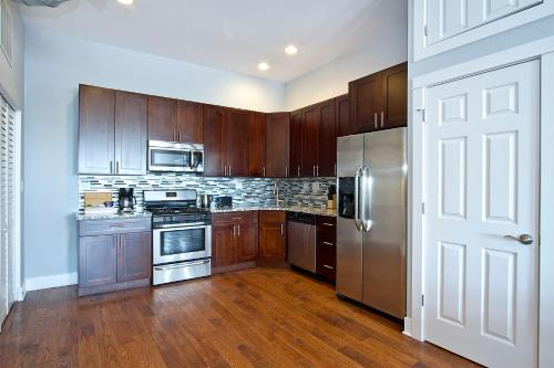 Two-Bedroom on N Milwaukee Avenue Apt 4F Photo
