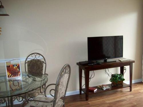 One Bedroom Condo in Downtown Gatlinburg (Unit 402) Photo