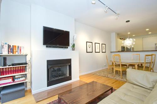 Three-Bedroom Townhouse on West Huron Street E Photo