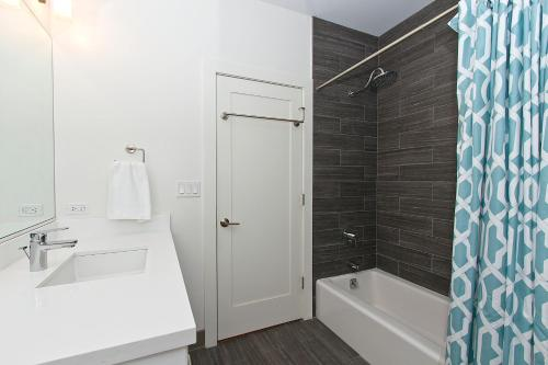 Two-Bedroom Apartment on North Southport Avenue 2 Photo