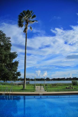 Palm Lakefront Resort and Hostel Photo