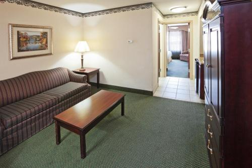 Holiday Inn Express Hotel & Suites Gainesville Photo