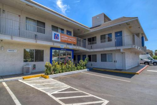 Motel 6 Riverside West Photo