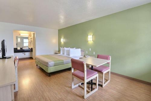Motel 6 Dallas - Plano Northeast Photo