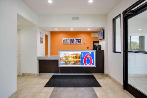 Motel 6 White House Photo