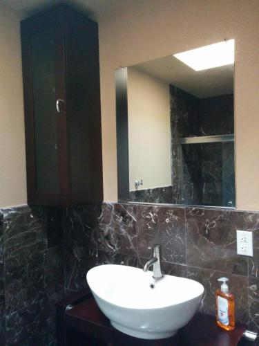 (3E) Master Suite with Private Bathroom near Daly City BART Subway Station Photo