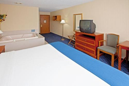 Holiday Inn Express Fremont Angola Area Photo