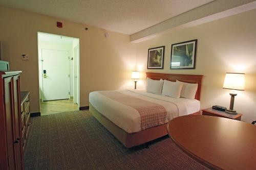 La Quinta Inn & Suites Orlando South Photo