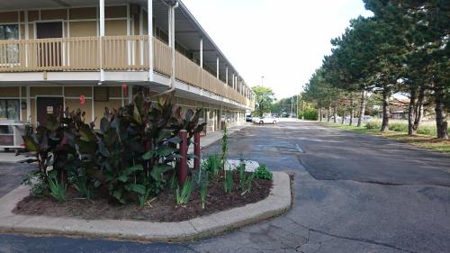Burton Inn and Suites Photo