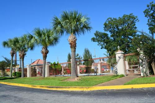 Baymont Inn and Suites - Mobile Photo