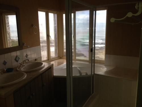 Hermanus Right-on-the-Beach House Photo