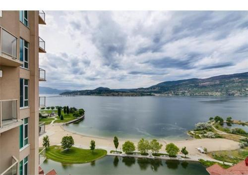 Sunset Waterfront Resort by kelownacondorentals Photo