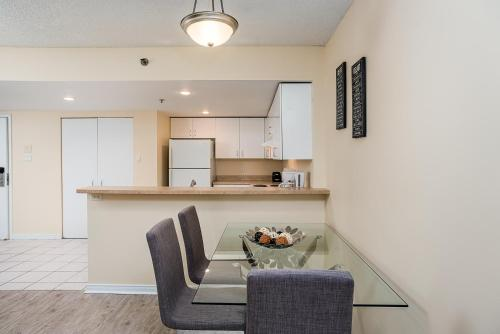Modern Two-Bedroom Condo near Quartier des Spectacles Photo