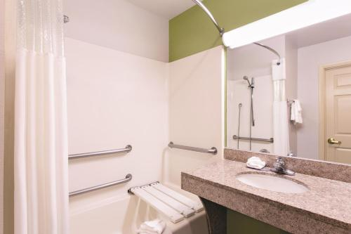 La Quinta Inn & Suites Tampa Bay Area-Tampa South Photo