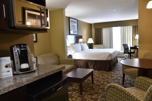 Holiday Inn Express Hotel & Suites St. Charles Photo