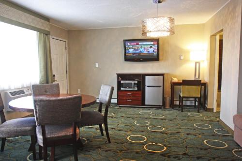 Gateway Inn and Suites Photo