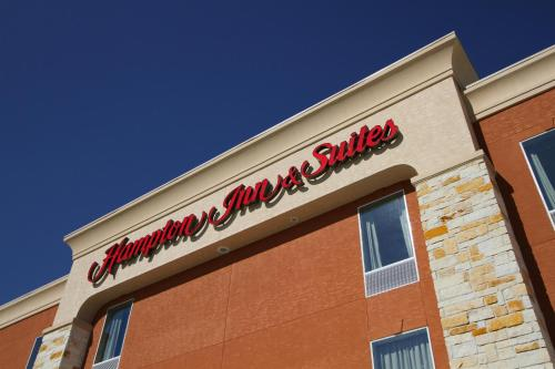 Hampton Inn & Suites Winnie Photo