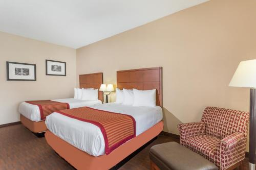 Baymont Inn & Suites Savannah Photo