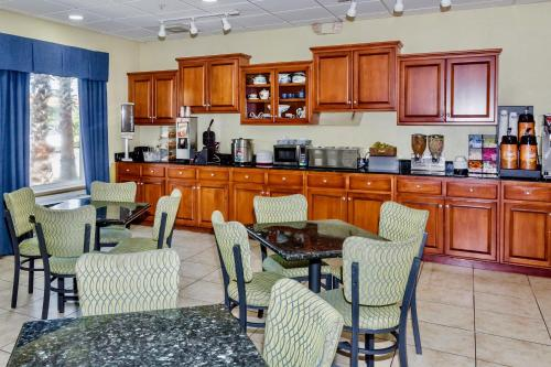 Days Inn and Suites Port Wentworth-North Savannah Photo