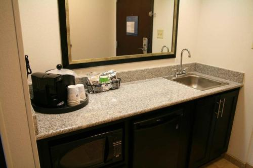 Hampton Inn & Suites Detroit/Airport Romulus Photo
