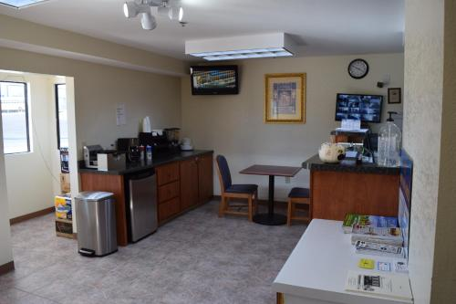 Royal Inn & Suites Photo