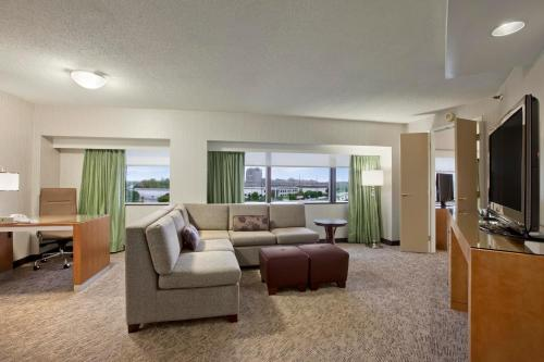 Hilton Suites Auburn Hills Photo
