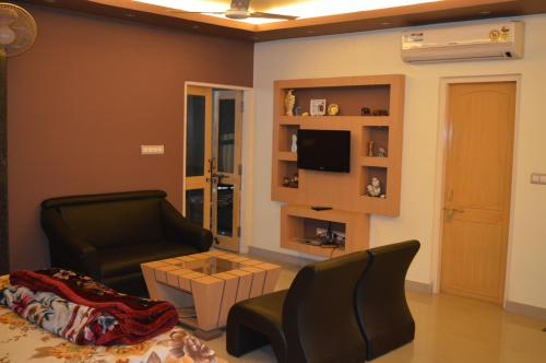 Hotel RedChillies Studio Apartment [bedroom +study room]